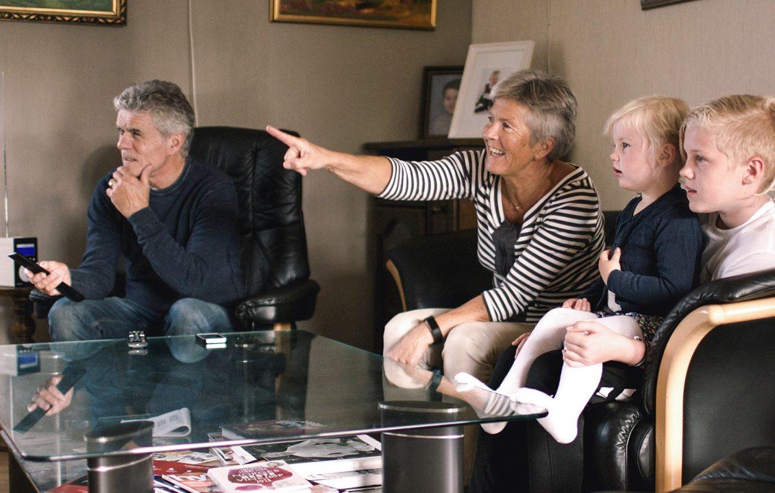 Nye Altibox TV byr på mange muligheter og god underholdning for alle. Perfekt når barnebarna Olivia og Julian er på besøk.