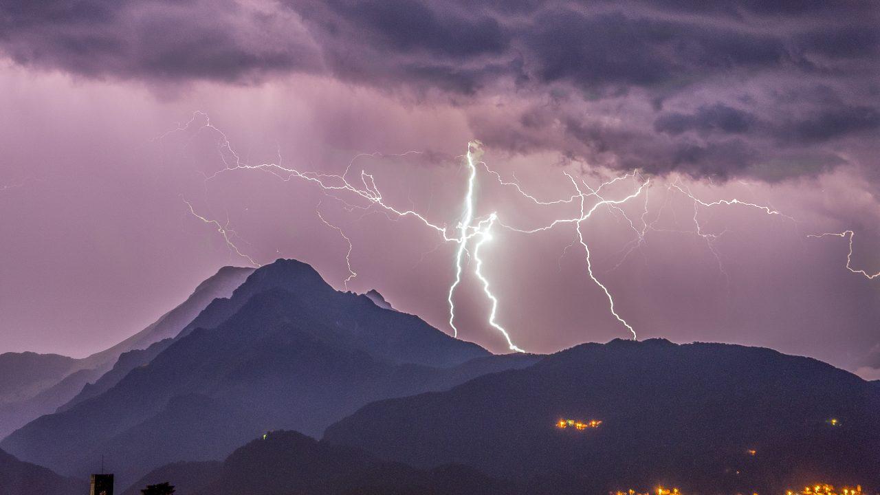 Lynet slår sjelden ned direkte i hus, men fører hvert år til store skader fordi når det treffer bakken, kan elektriske apparater i rundt en kilometers omkrets ta skade.