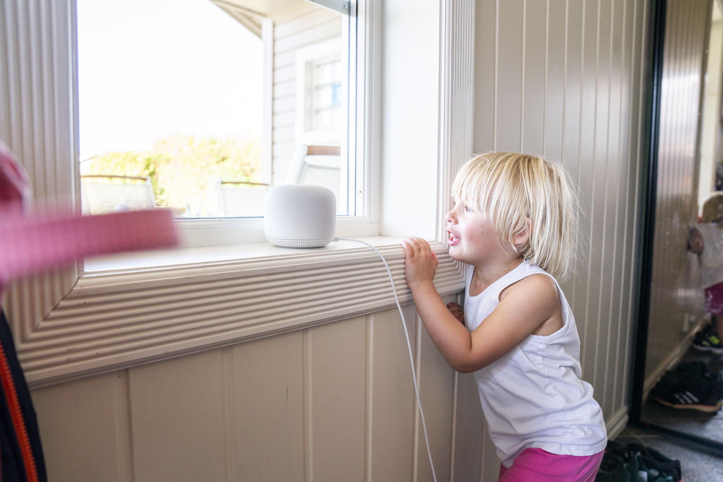 Astrid er veldig fascinert av Google Nest Wifi-boksene som har kommet på plass i huset.